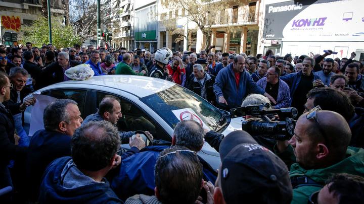 Таксистский день Охи: Греческие таксисты протестуют против Uber