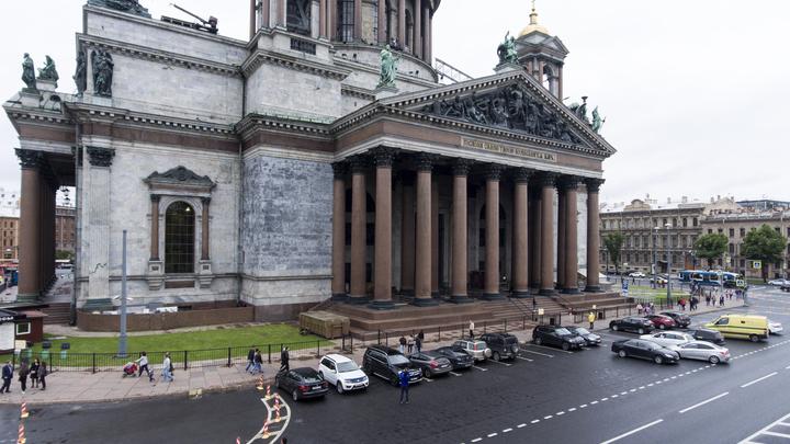 Студенты построили в Карелии ледяную копию Исаакиевского собора