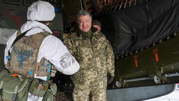 Порошенко ввел военное положение, чтобы получить оружие Запада и атаковать Донбасс - СМИ