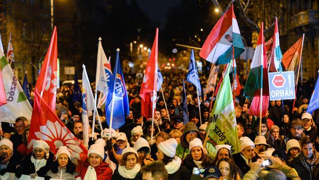 Проплаченные Соросом бунты добрались до Венгрии : В Будапеште митингующие сплотились на улицах