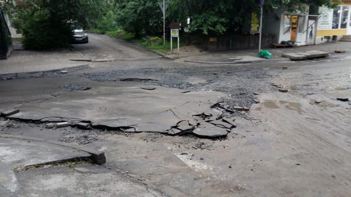 Поврежденный ливнем асфальт в центре Ростова восстановят за четыре дня