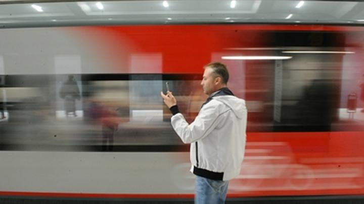 Иду по шпалам, иду по шпалам: Пассажиров, застрявших в метро Москвы, выводят по путям