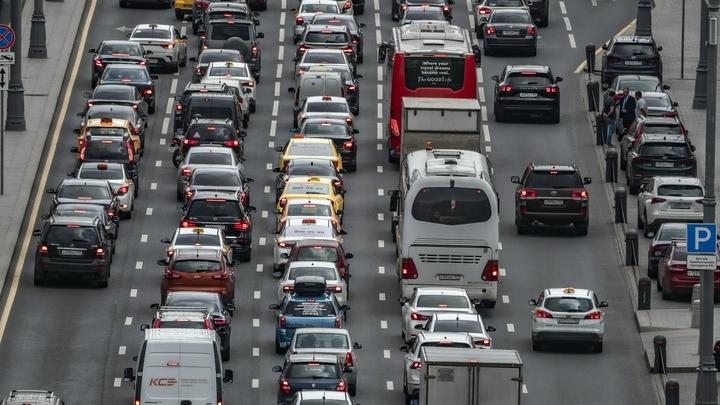 Построить такое количество дорог невозможно: В ГИБДД предлагают водителям стать пешеходами