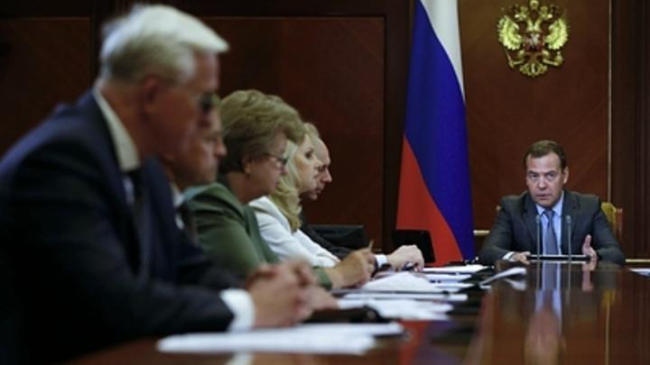 Начинайте этим заниматься немедленно: Медведев начал работу после послания Путина с просьбы