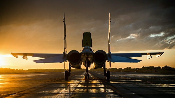 Российский Су-35 взял на прицел американский F-22 в небе Сирии - фото