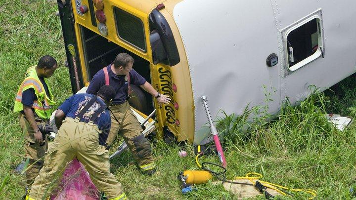 В США уснувший водитель грузовика врезался в школьный автобус