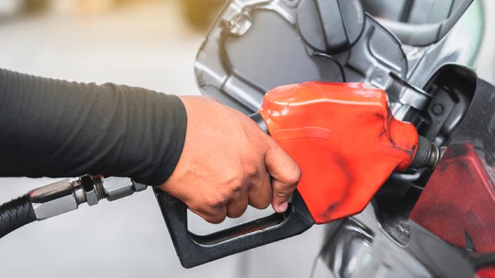 Почему в России рекордно упал спрос на бензин и растут цены