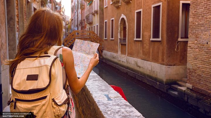 Санторини, Амстердам и Барселона попали в рейтинг недружелюбных туристических мест