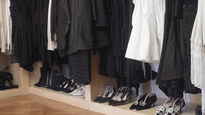 Известный бренд уничтожает тонны новой одежды под видом секретных отходов