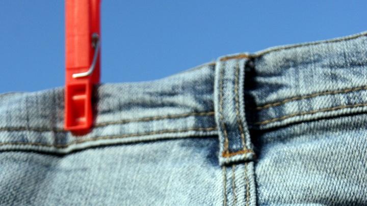Мода на грани фола: Джинсы без пятой точки взбудоражили Сеть