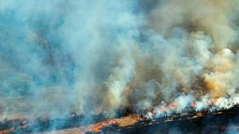 В Магадане горит склад с косметикой, площадь пожара - 800 кв.м