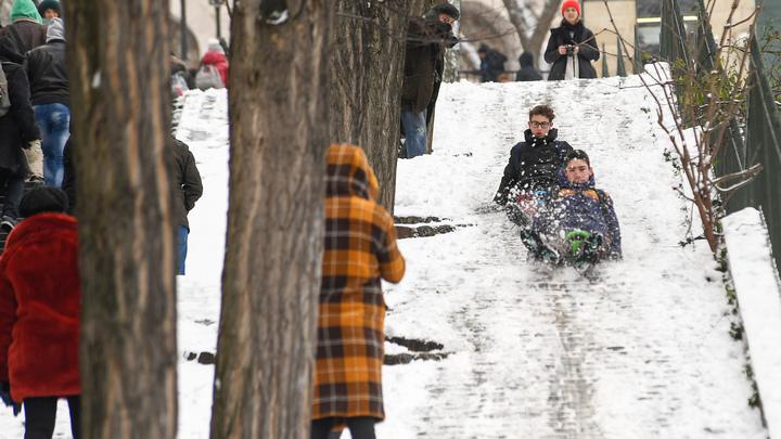 Улицы Парижа превратились в площадку для экстремальной зимней Олимпиады - видео