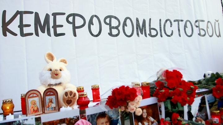 Мужчина создал из снега памятник Женщина с ребенком на руках в память о трагедии в Кемерове - фото