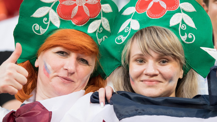 Велели сидеть и жевать сосиски: Троицу в кокошниках пригласили на матч Россия - Хорватия
