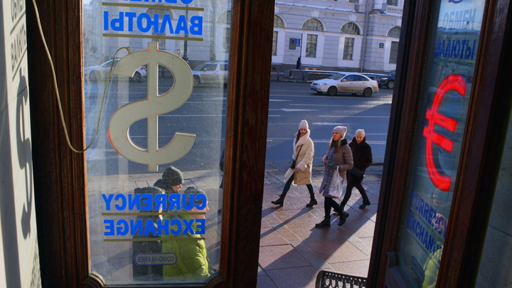 Вклады в долларах и евро обесценились: Люди бегут из банков