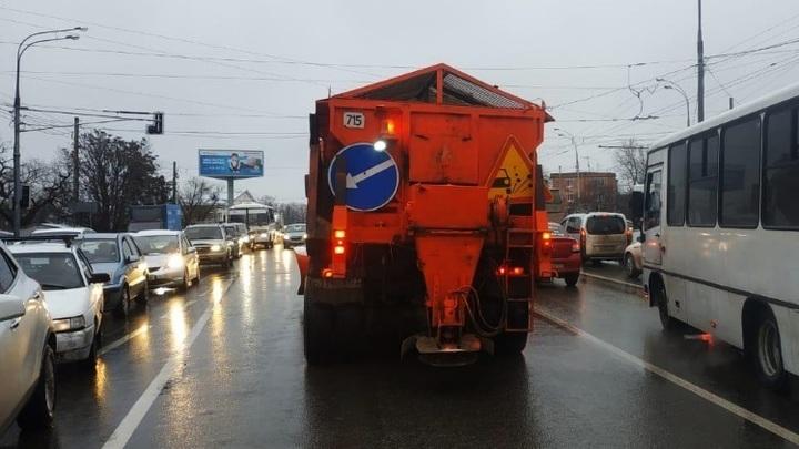 В Краснодаре идет снег: На дежурство на улицы города вышла спецтехника