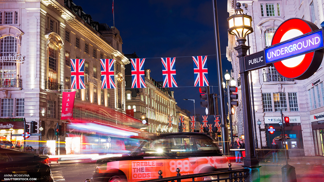 На месте инцидента в Лондоне собрались местные жители и активисты общественных организаций