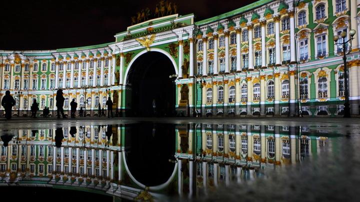 Параллельный Петербург: Гигантский броненосец застрял в арке Главного штаба, спутав прогноз зимы