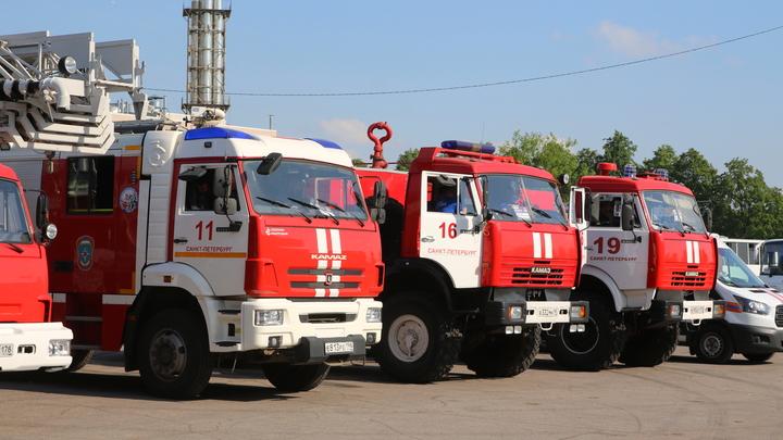 После пожара в бараке в Новосибирске без жилья остались 9 семей – как им помогают власти