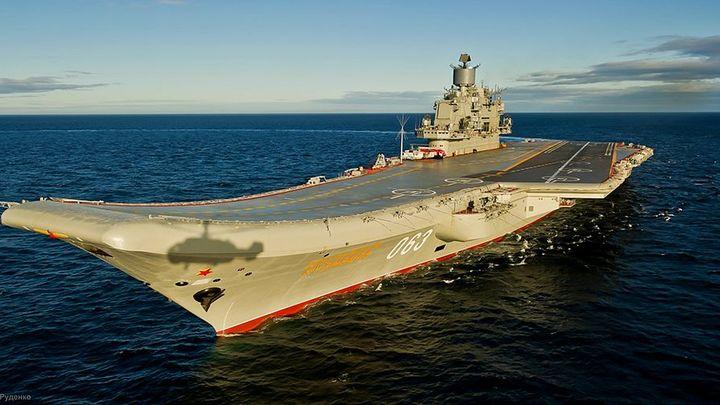 Адмирал Кузнецов во главе авианосной группы заходит на базу Северного флота