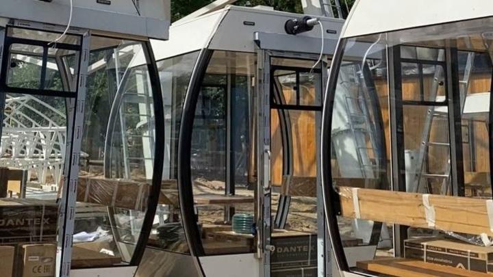 Кабинки уже монтируют на новом колесе обозрения в Нижнем Новгороде