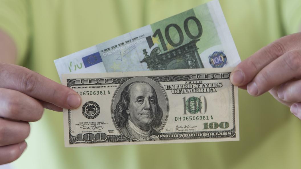 Доллар и евро показали рекордный рост на открытии торгов