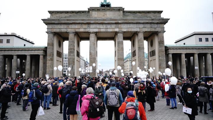 Бундестаг принял скандальные инфекционные поправки. Несогласных заткнули газом и водометами