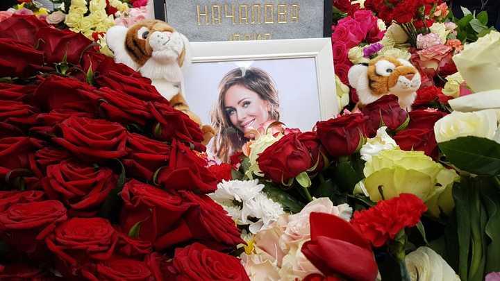 Тысячи роз и гром аплодисментов: Юлию Началову похоронили на Троекуровском кладбище
