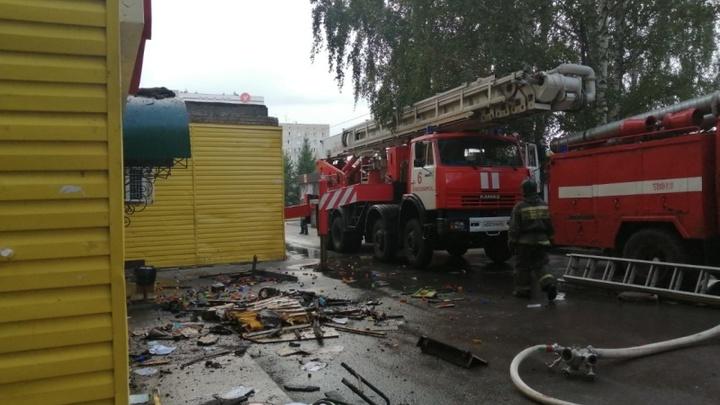 В Новосибирске пожарные спасли троих взрослых и ребёнка из горящего дома