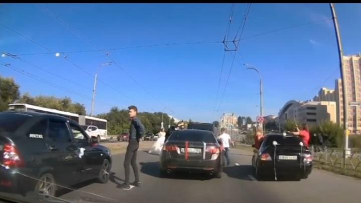 Участники свадебного кортежа в Кемерове перекрыли дорогу и попали в полицию