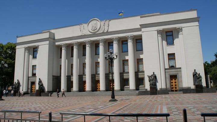 Верховную раду Украины окружила бронетехника