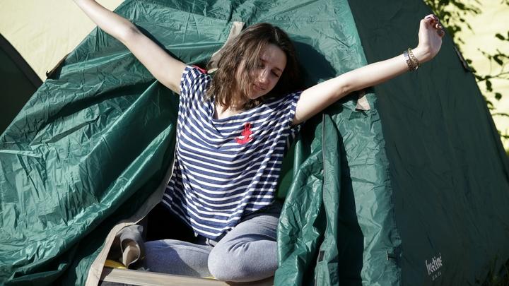 То ли охрана, то ли очередь?: Палатка у входа в детскую стоматологию заинтриговала соцсети
