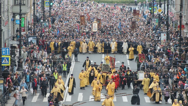 Крестный ход в честь перенесения мощей святого князя Александра Невского собрал 100 тысяч человек