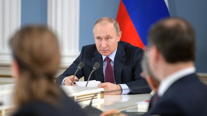 Путин одобрил выдачу зарплат для работающих за границей в валюте