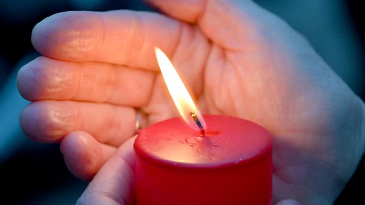 Пусть земля будет пухом, ангелочек: десятки людей пришли попрощаться с убитой в Саратове Лизой, сотни смотрят онлайн-трансляцию