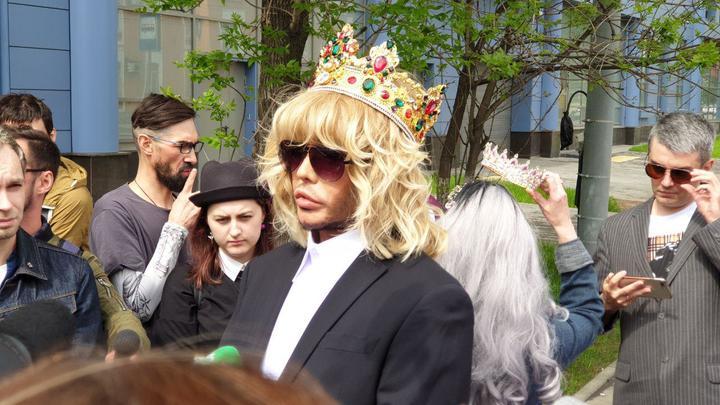 Сергей Зверев прибыл в суд в короне и обещал спалить всю коррупцию