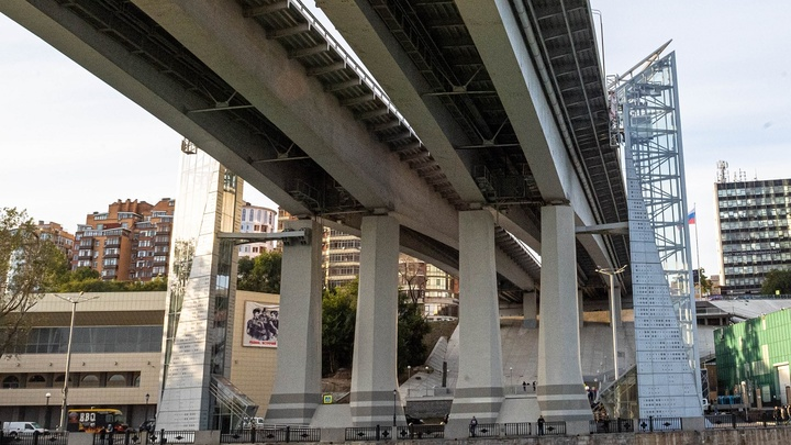На 2 года не хватило: Лифты на Ворошиловском мосту, построенные к ЧМ-2018 в Ростове, опять сломались
