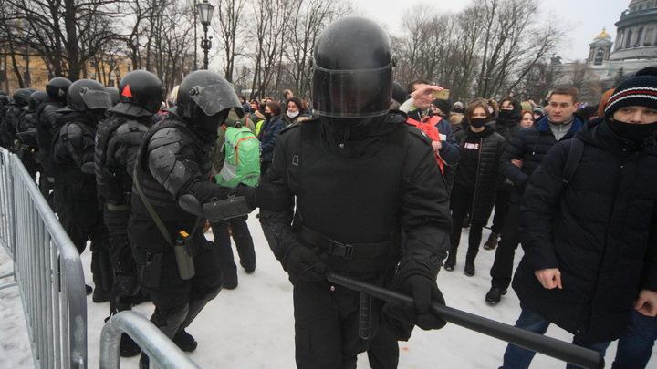 Полиция извинилась перед пострадавшей на несанкционированном митинге петербурженкой