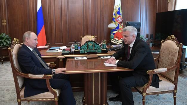 Врио губернатора Колымы вручилистарательский лоток для добычи золота