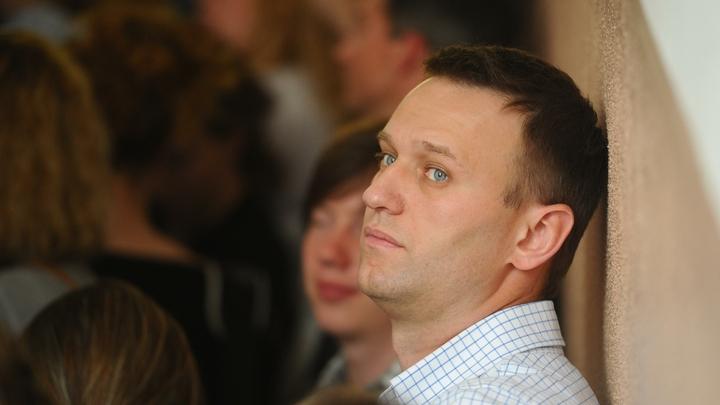 Активисты взяли на вооружение улюкаевскую колбаску: Навальному нацепили бусы из сарделек