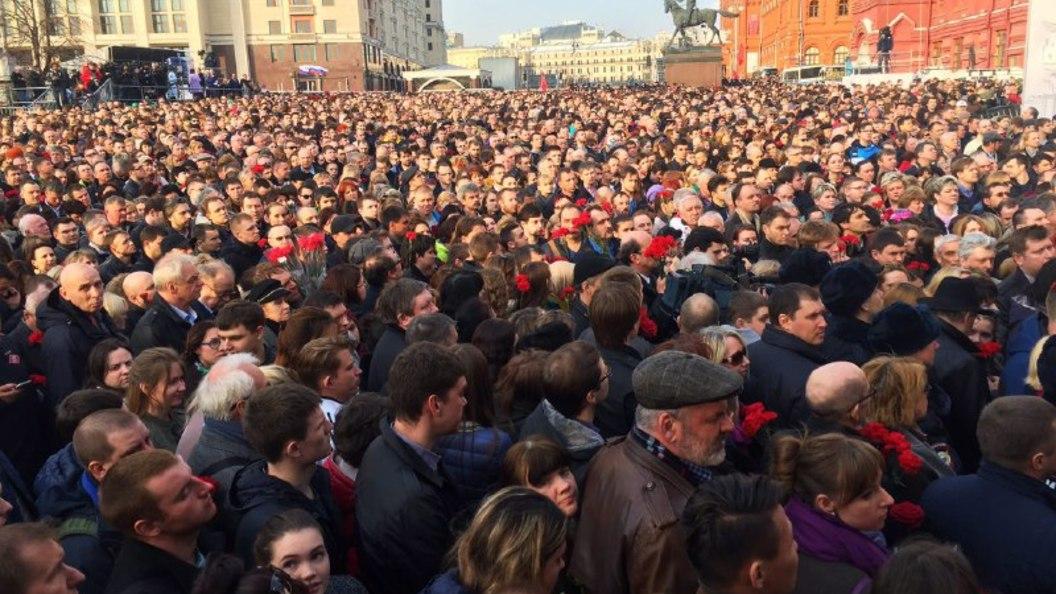 В Москве на акцию солидарности после теракта в Петербурге вышли более 50 тысяч человек