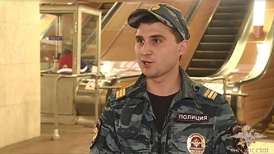 В Москве полицейский спас упавшего на рельсы метро пенсионера