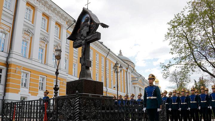 Ленин собственноручно снёс памятник-крест в Кремле