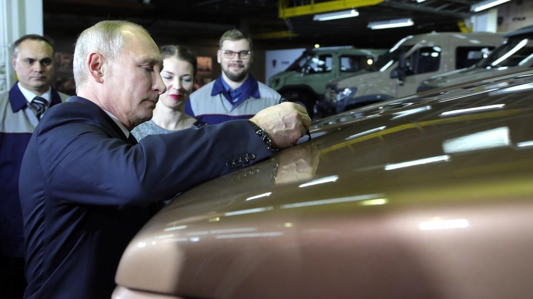 Собчак вверх тормашками и Путин верхом на медведе: В Москве открылась выставка SUPERPUTIN