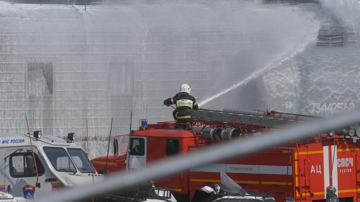 Раздеть топором и ломиком: Якутские пожарные стали героями вирусного видео