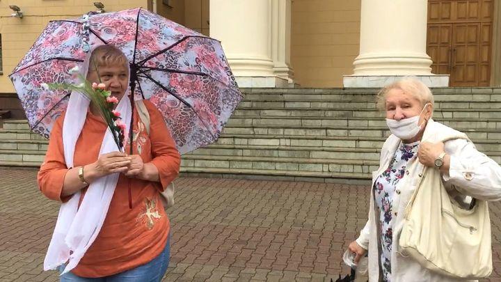Фашистская тварь!: У здания МВД в Белоруссии бабушка пыталась прогнать активистку