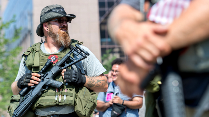 В США белые в отчаянии хватаются за оружие: Мы устали...