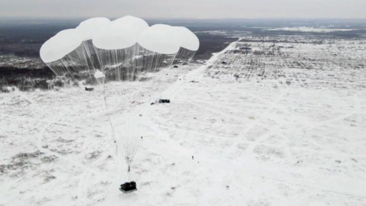 Ивановские летчики под Костромой отработали десантирование новой БМД