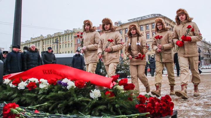 «Очень точный символ Дня защитника Отечества»: в Петербурге возложили цветы к обелиску на Восстания