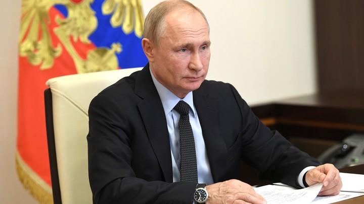 Путину лично в руки: Ветеран передал загадочный конверт президенту